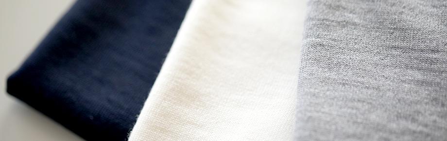 一般的な編み機で作られる編み目は楕円形。横に引っ張ると、戻る力が弱く型崩れの原因に…。フルファッション機で作られる編み目は丸形。横に引っ張っても、戻る力が強いので型崩れしにくい